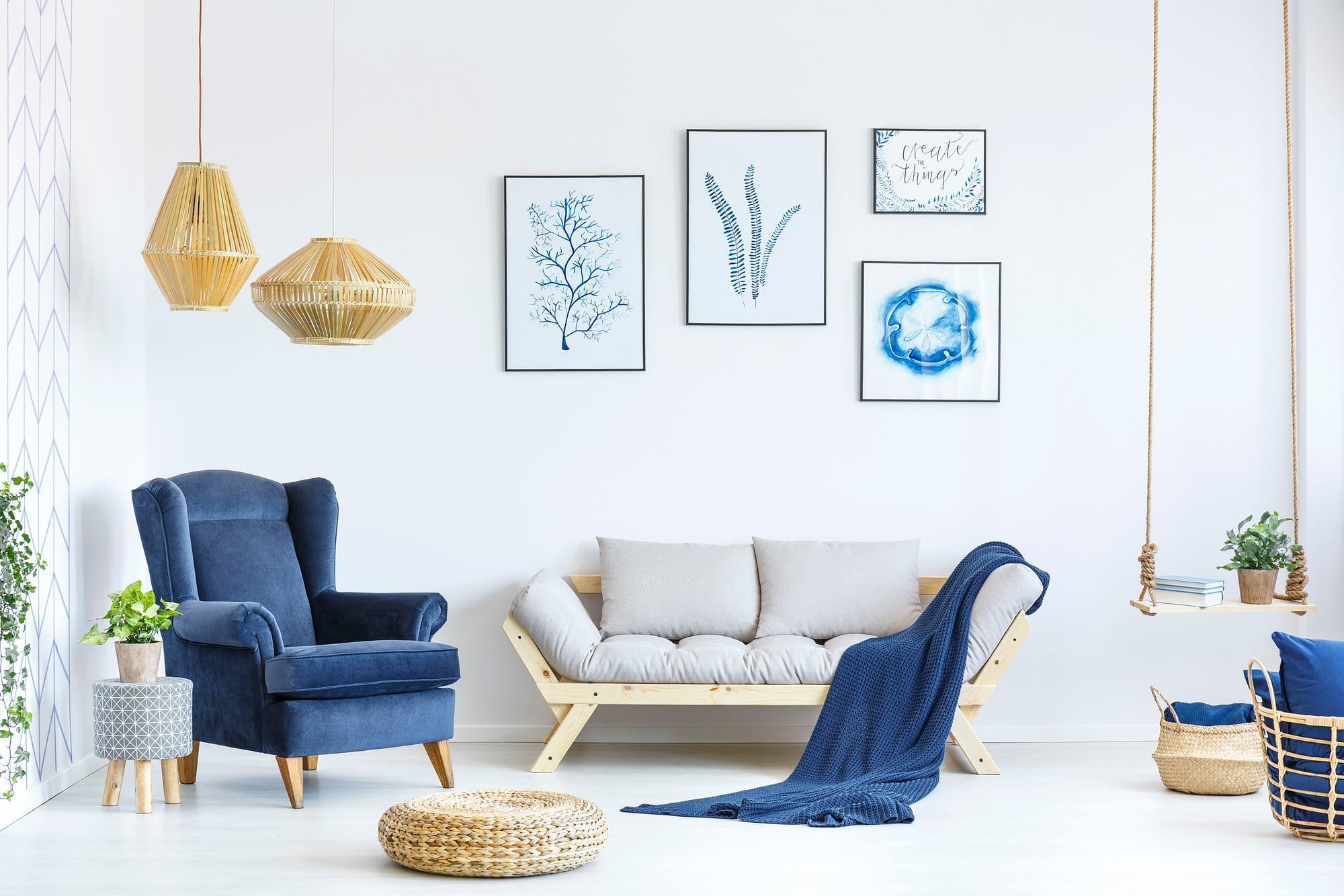 Salon bleu et crème, matériaux bois et osier. Salon employant des matériaux naturels et chaleureux tel que le bois et l'osier et utilisant la profondeur du bleu pour contrebalancer. Cette photo est représentative d'un style pouvant être réalisé par Interior CréaCap, architecte d'intérieur à Gimont